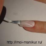 Покрываем ноготь белым фоновым лаком для ногтей.