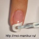 Рисуем белую косую полосу на свободном крае ногтя.