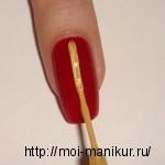 Лаком для рисования по центру ногтя проводим полоску.