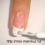 Окрашиваем свободные край ногтя белым цветом по технике французского маникюра.