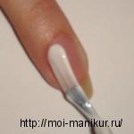 Покрываем левую половину ногтя белым лаком.