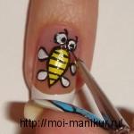 Черной акриловой краской обводим контуры пчелы, рисуем ей полоски и зрачки.