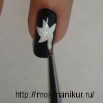 Белой акриловой краской по центру ногтя рисуем цветок.