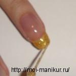 Золотыми блестками покрываем свободный край ногтя.