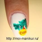 Рисуем акриловыми красками на ногтях новогоднюю ветку елки с шариками.