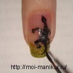 Черной акриловой краской рисуем ящерку.