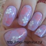 Рисуем иголкой на ногтях нежные цветы.