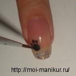 Рисуем черным акрилом следы котика.