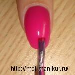 Наносим на ногти фоновый розовый лак