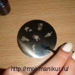 наносим лак для ногтей на один из рисунков диска