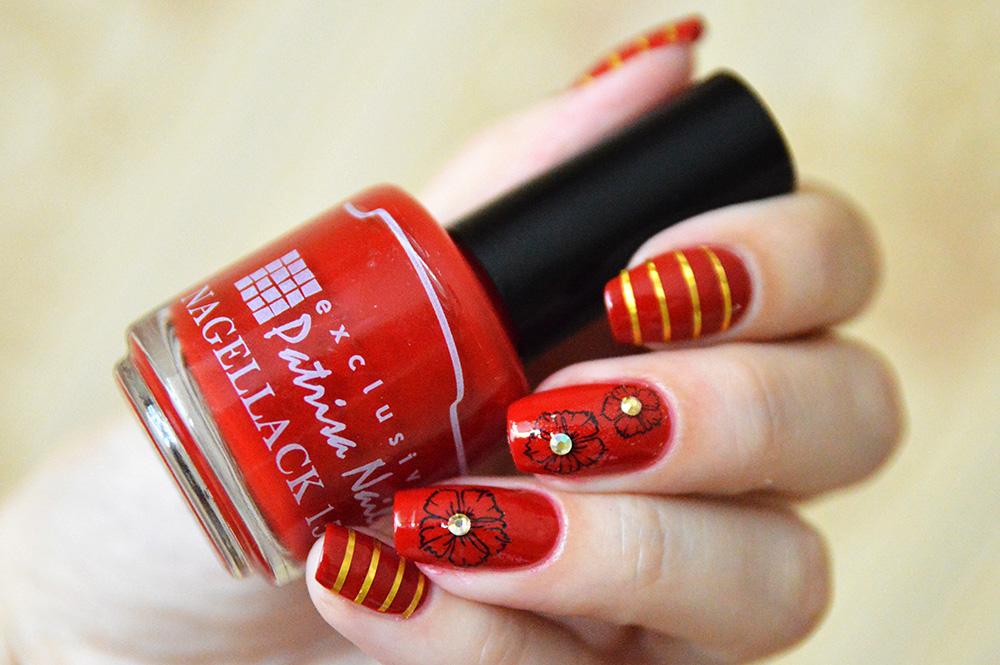 дизайн ногтей с лентами, наклейками и стразами
