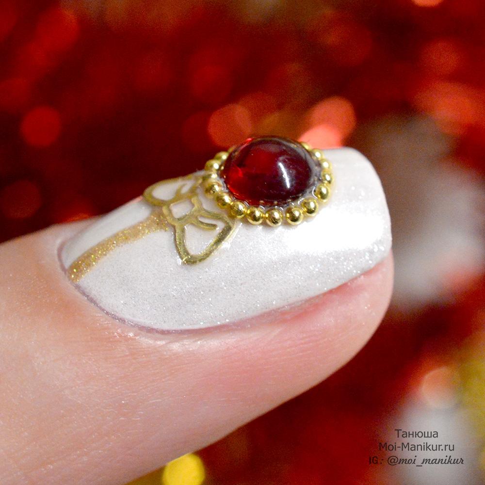 ожерелье из страз на ногтях