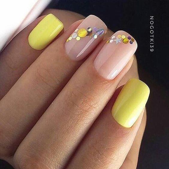 желтый новогодний маникюр