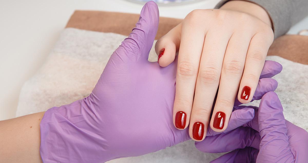 работа мастера маникюра в перчатках