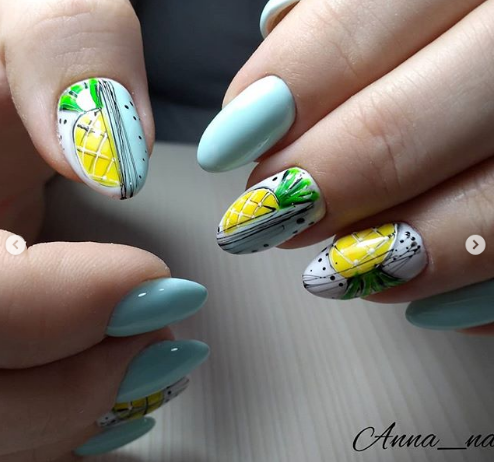 ананасы на ногтях